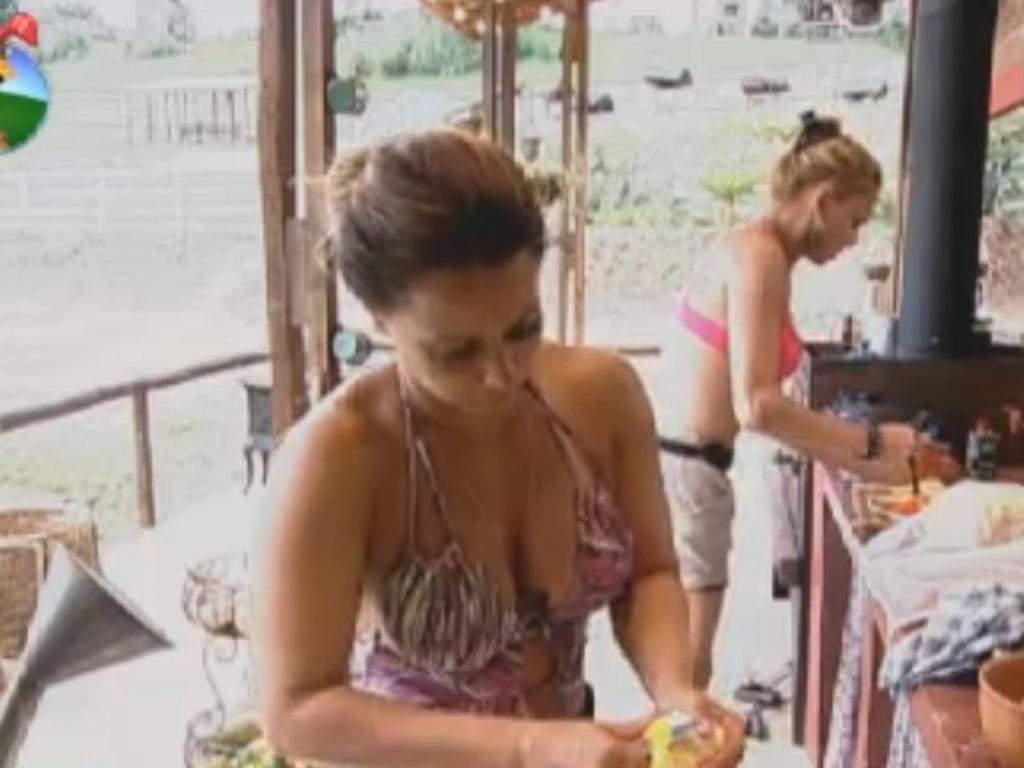 Viviane Araújo ajuda Léo Áquilla a preparar almoço no celeiro
