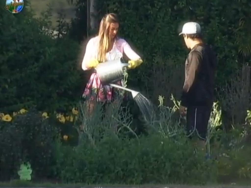 Nicole Bahls critica Robertha por tarefa com horta