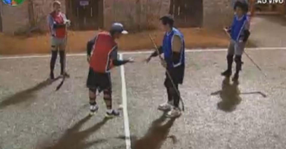 Vavá (de vermelho) e Felipe Folgosi (de azul) se preparam para jogo de hoquei na grama (7/8/12)