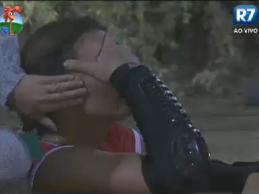Viviane Araújo chora depois de cortar o rosto durante partida de hóquei na grama (7/8/12)