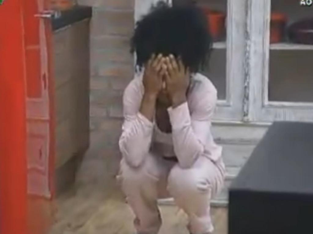 Cansada, Simone Sampaio tenta segurar choro na cozinha (8/8/12)