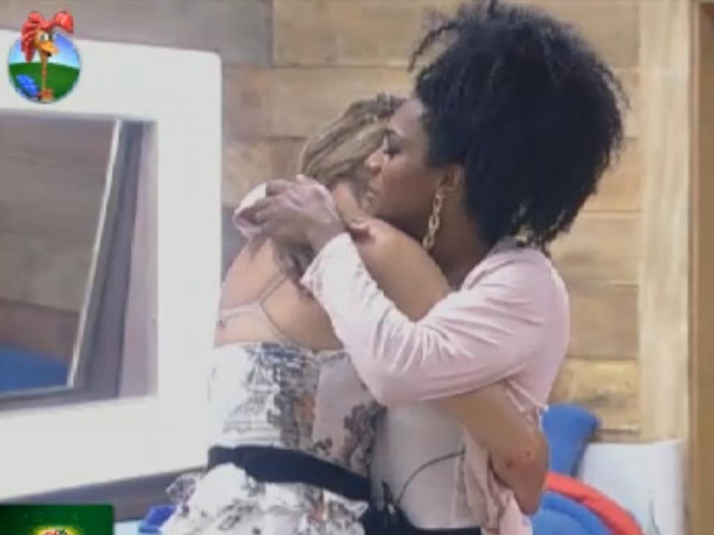 Léo Áquilla ganha abraço de Simone Sampaio depois de ser colocada na roça (7/8/12)