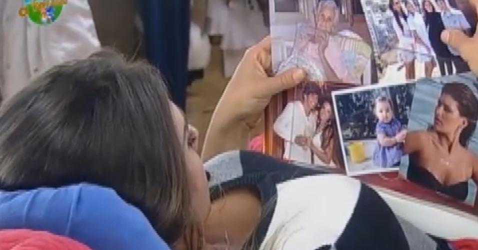 Na roça, Nicole Bahls vê fotos da família (7/8/12)