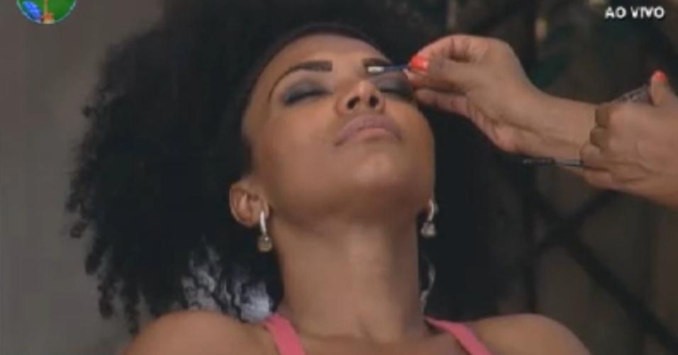Simone Sampaio ganha maquiagem durante tarde de beleza (8/8/12)