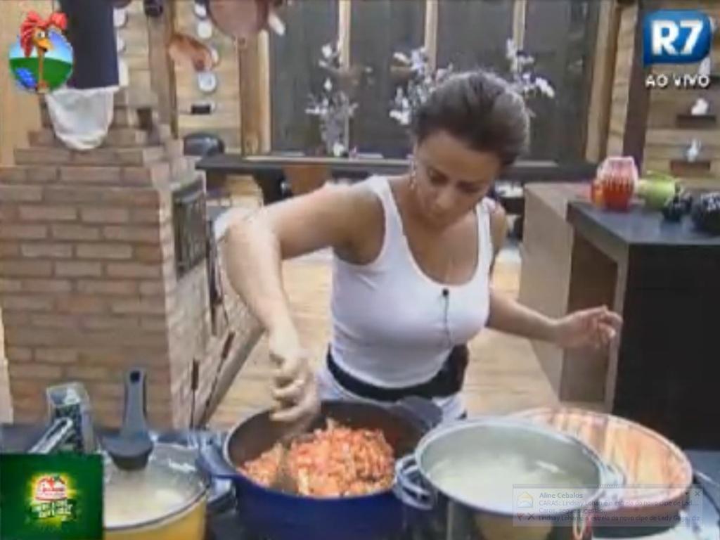 Viviane Araújo prepara macarrão para o jantar dos peões (8/8/12)