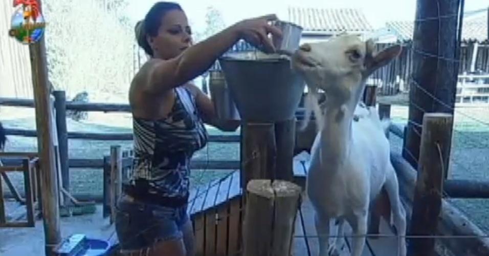 Viviane Araújo se irrita durante tarefa com as cabras (8/8/12)
