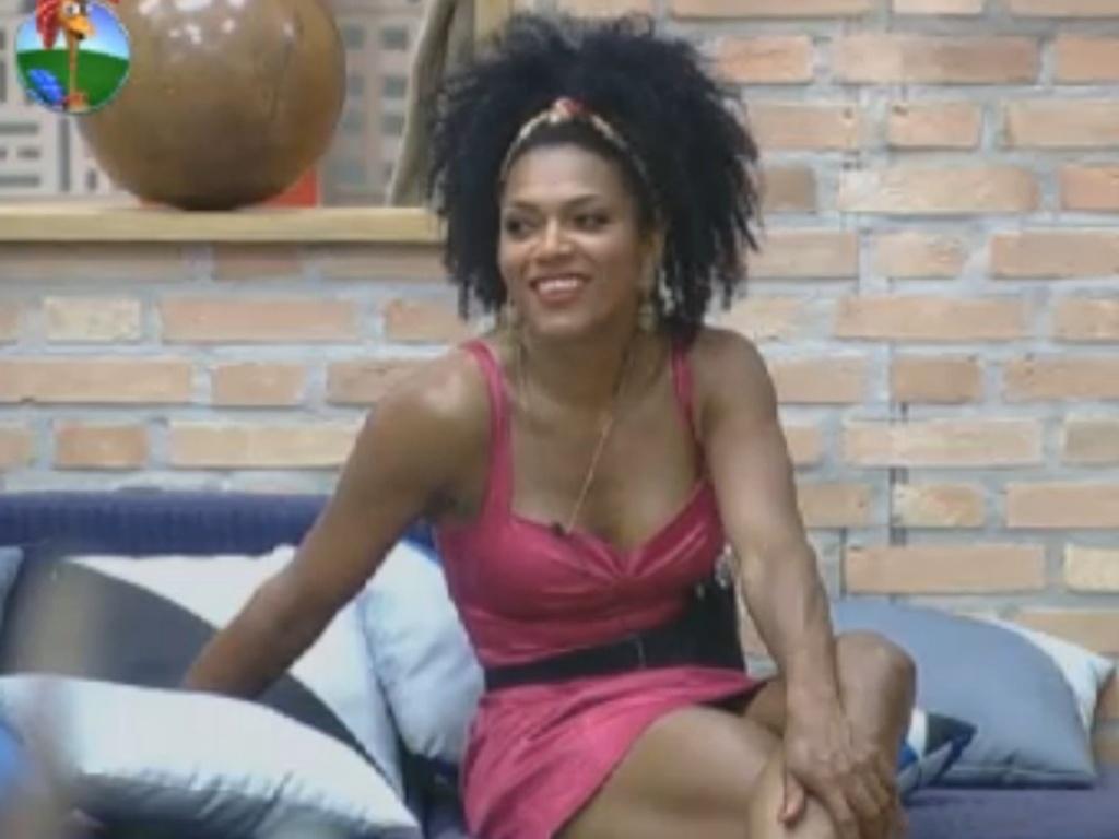 De vestido rosa, Simone Sampaio conversa com peões (9/8/12)
