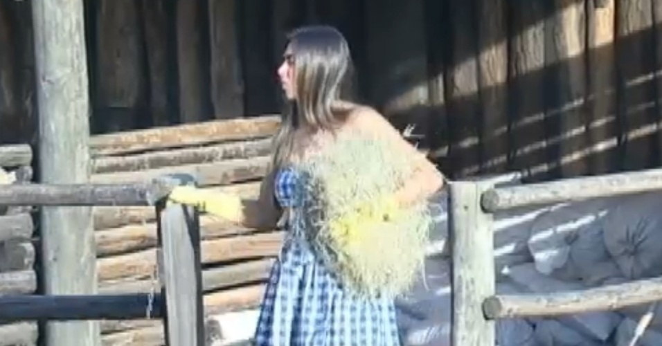 Nicole Bahls ajuda Viviane Araújo com as cabras (9/8/12)
