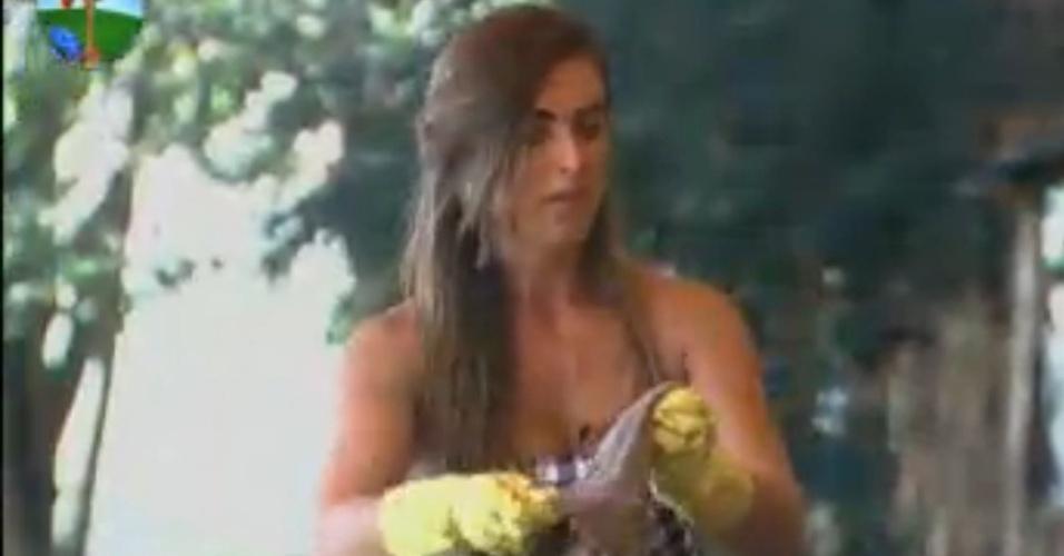 Nicole Bahls critica Viviane Araújo enquanto limpa a varanda com Vavá (9/8/12)
