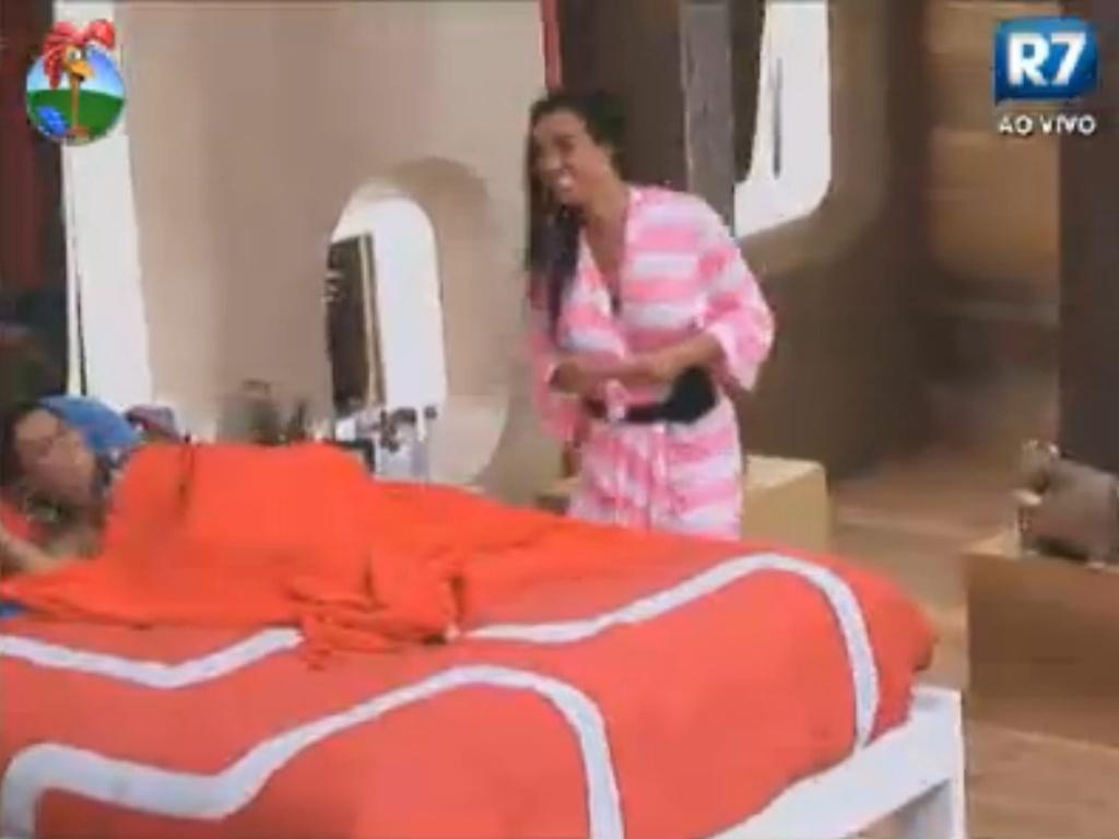 Nicole Bahls faz piada com Viviane Araújo (9/8/12)