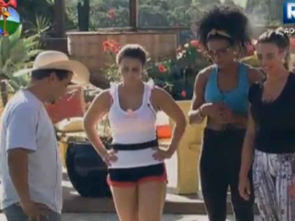 Viviane Araújo, Simone Sampaio e Nicole Bahls ouvem instruções do caseiro Clébis para cuidar da horta (9/8/12)