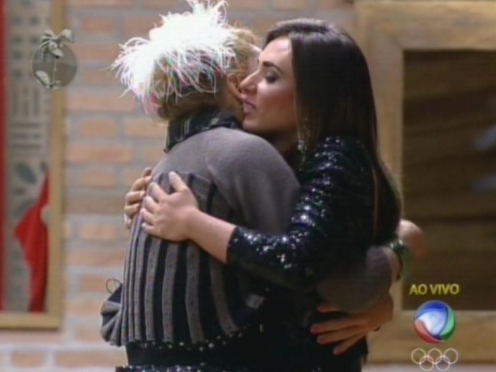 Após vencer a roça contra Vavá, Nicole Bahls recebe o abraço de Léo Áquilla (10/8/12)