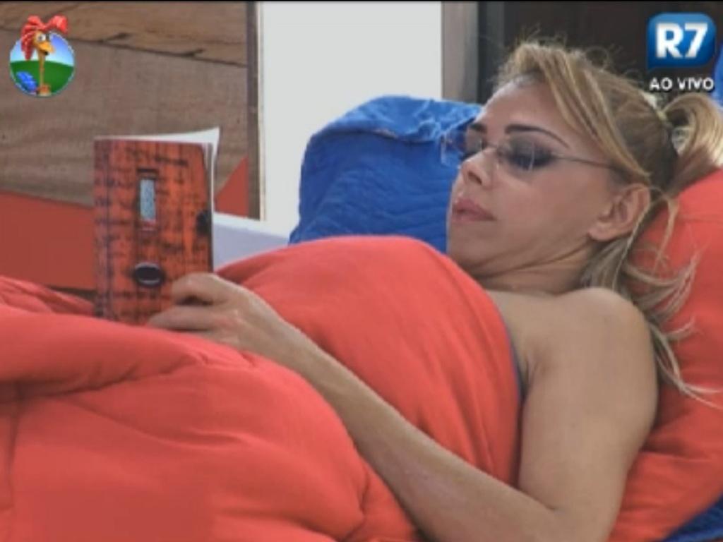 Enquanto peões dormem, Léo Áquilla lê livro deitado na cama (10/8/12)