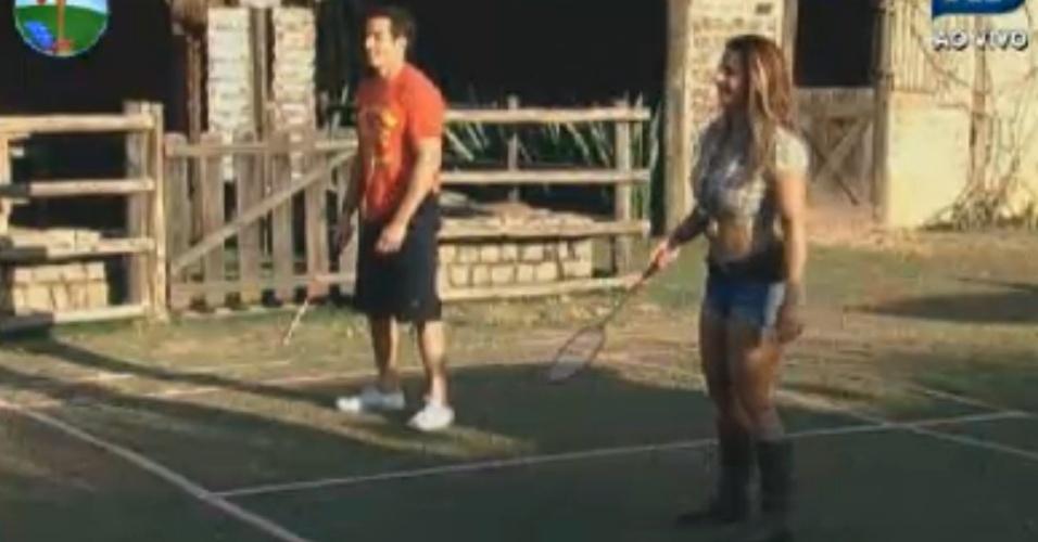 Felipe Folgosi e Viviane Araújo jogam badminton durante tarde descontraída (10/8/12)