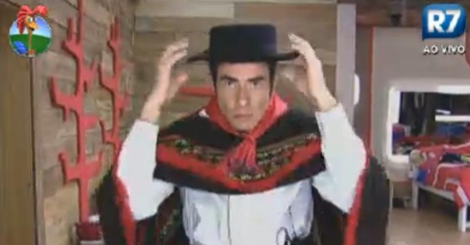 Felipe Folgosi se veste com trajes típicos do sul do país (10/8/12)