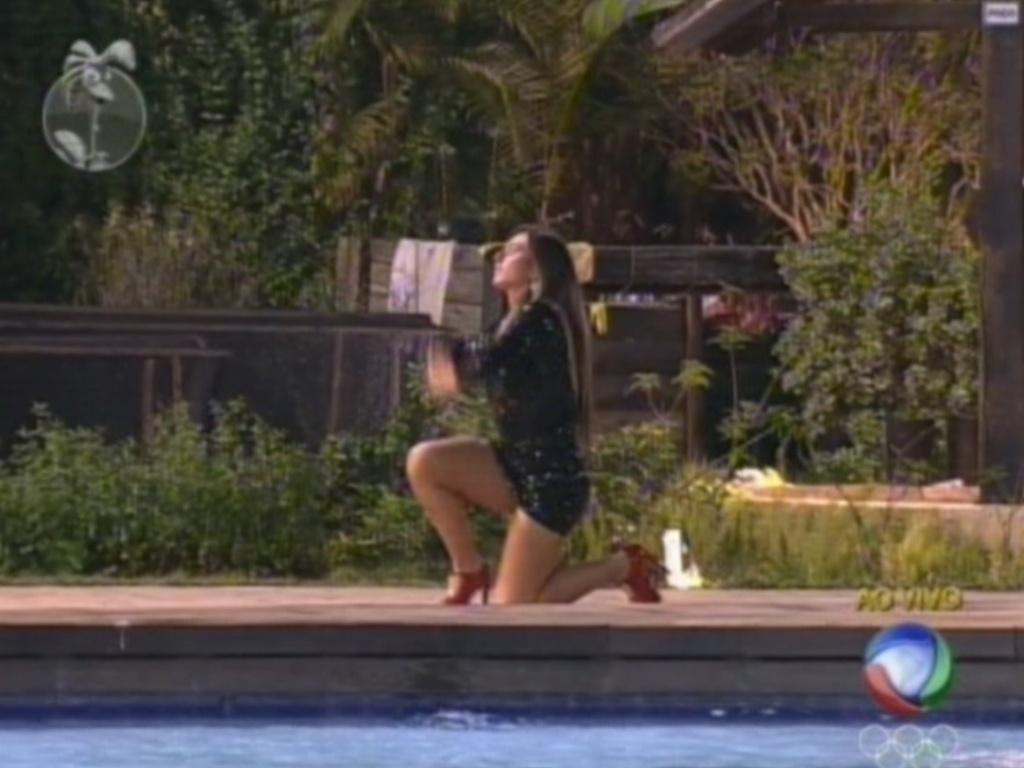 Nicole Bahls ajoelha e agradece por ter vencido a roça e continuado no programa (10/8/12)