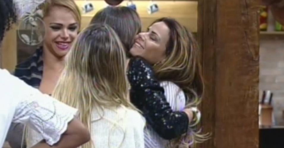 Nicole Bahls é abraçada por Viviane Araújo depois da roça contra Vavá (10/8/12)