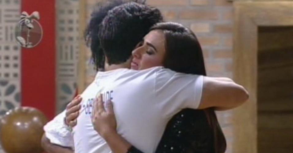 Nicole Bahls recebe o abraço de Felipe Folgosi depois de voltar da roça contra Vavá (10/8/12)