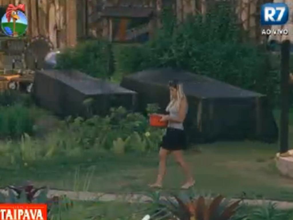 Robertha Portella carrega água retirada do poço depois de causar punição (10/8/12)