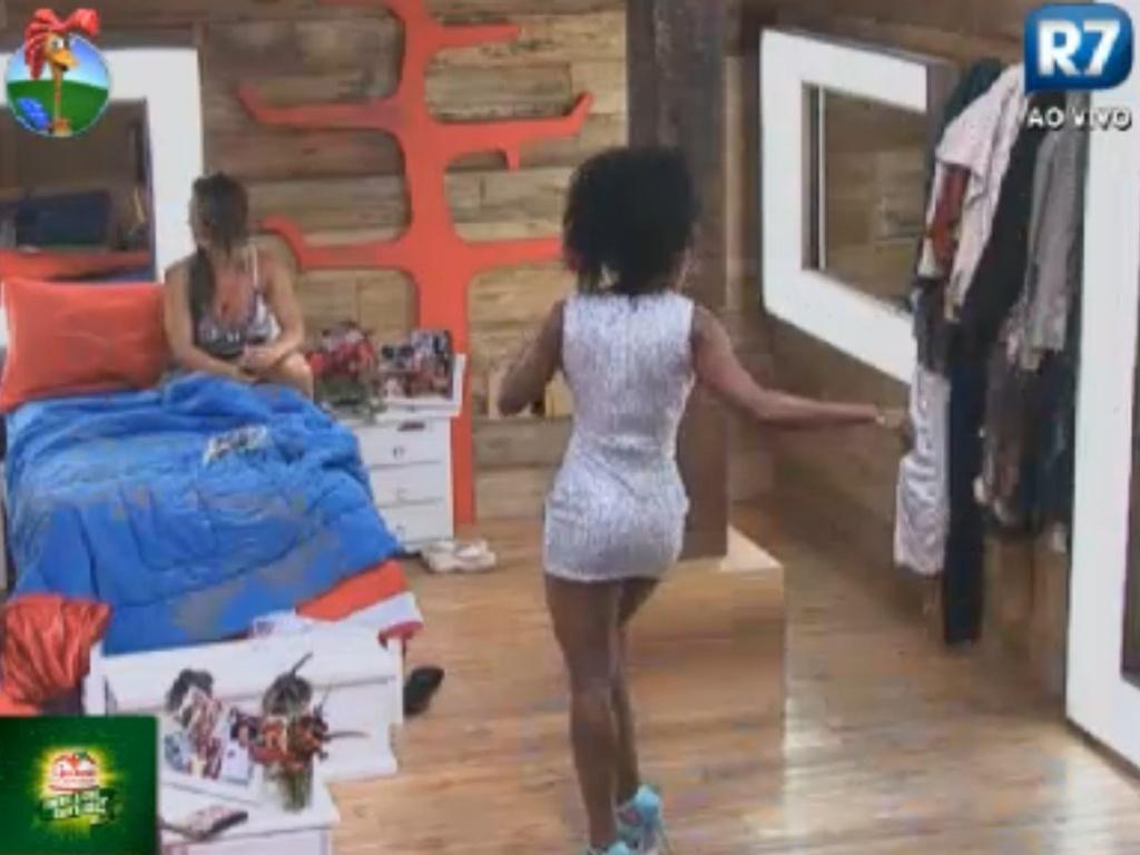 Simone Sampaio experimenta vestido de Nicole Bahls e samba em frente ao espelho (10/8/12)