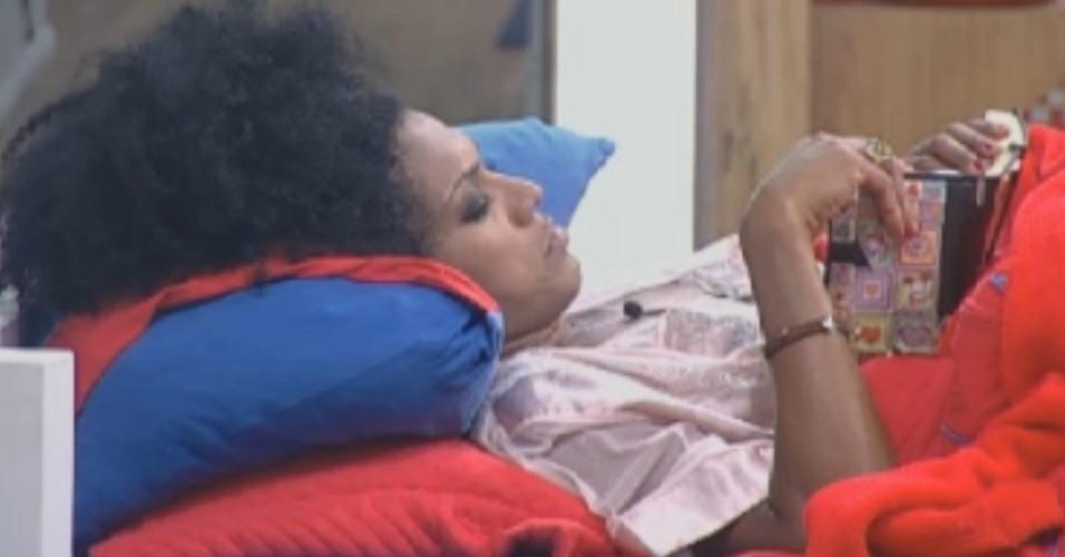 Simone Sampaio lê a bíblia enquanto outros peões dormem na casa (10/8/12)