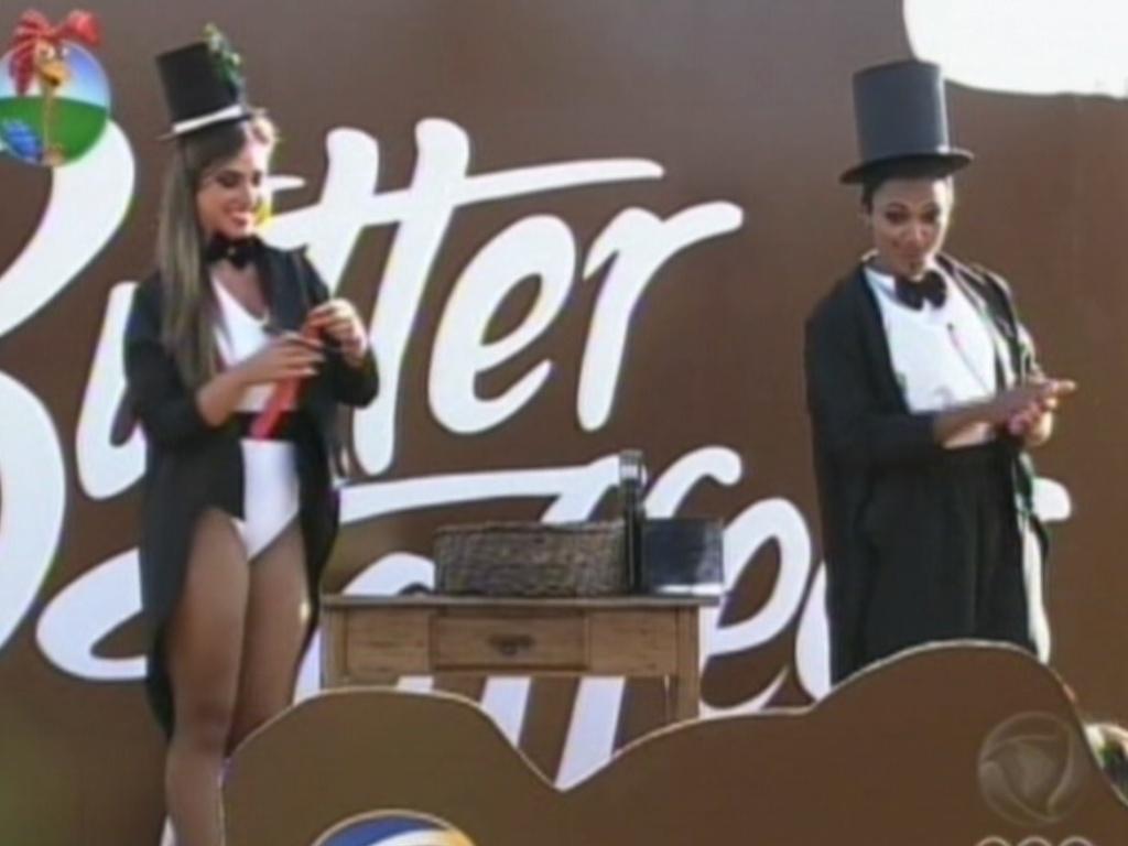 Nicole Bahls e Simone Sampaio apresentam número de mágica (11/8/12)