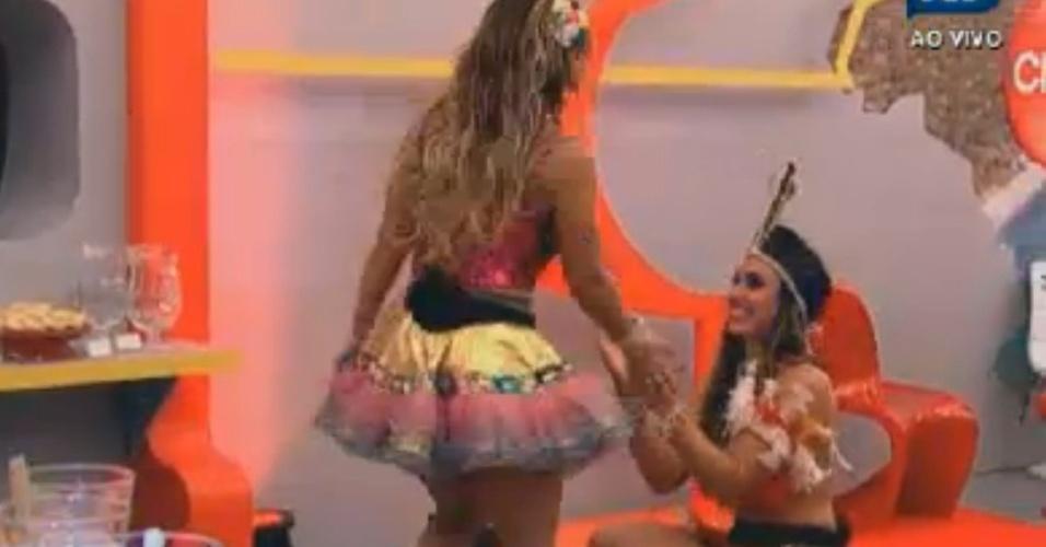 Nicole Bahls (esq.) agacha e bate palmas para Viviane Araújo (esq.) sambar (11/8/12)