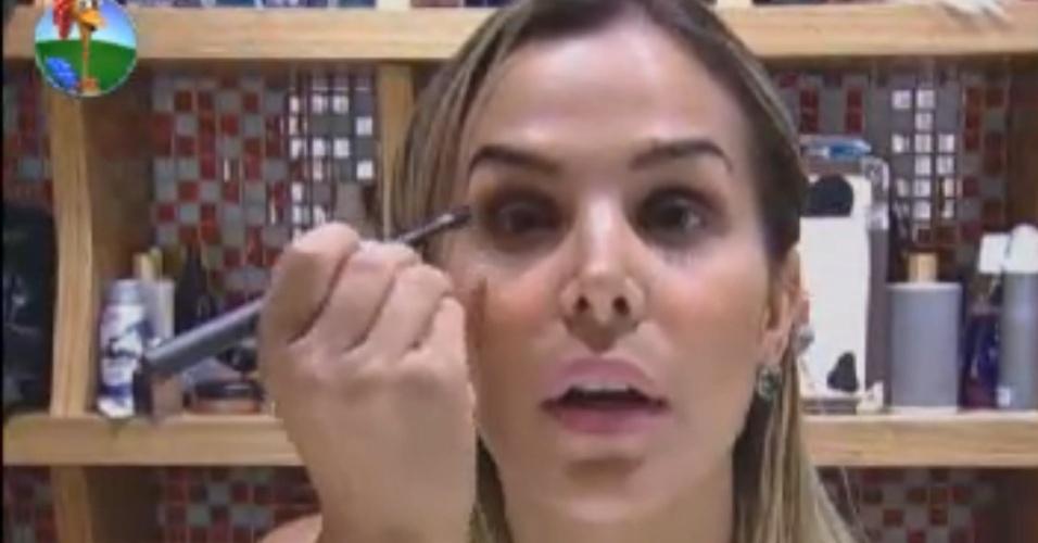 Robertha Portella capricha na maquiagem após cumprir as tarefas da manhã (11/8/12)