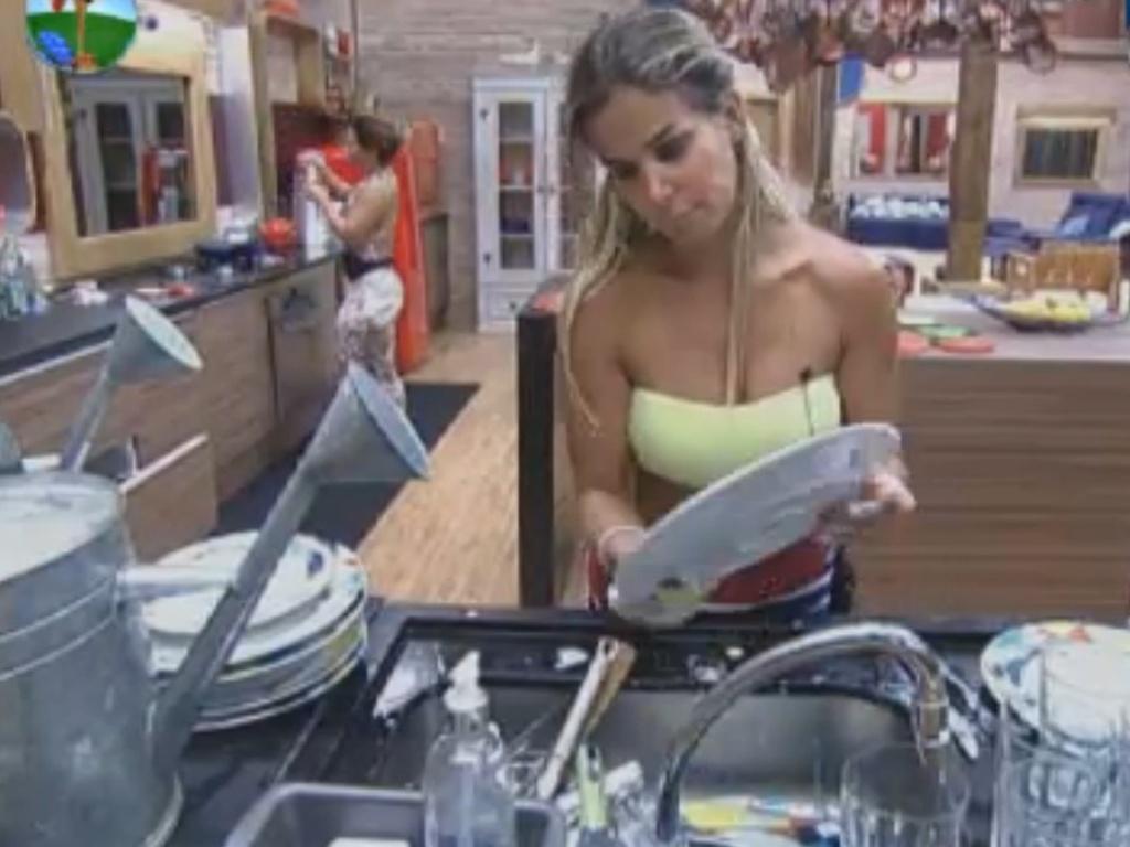 Robertha Portella se oferece para lavar louça na sede (11/8/12)