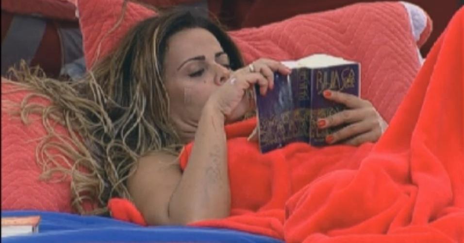 Viviane Araújo lê na cama após o almoço (11/8/12)