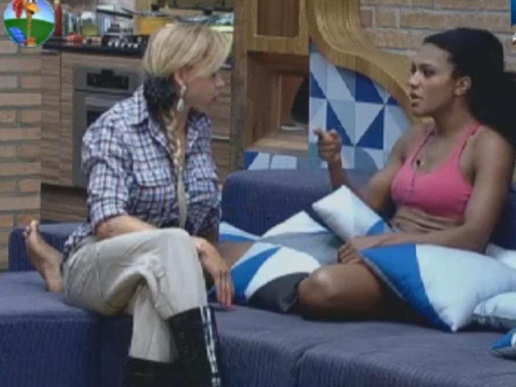 Léo Áquilla e Simone Sampaio conversam após desentendimento (12/8/12)