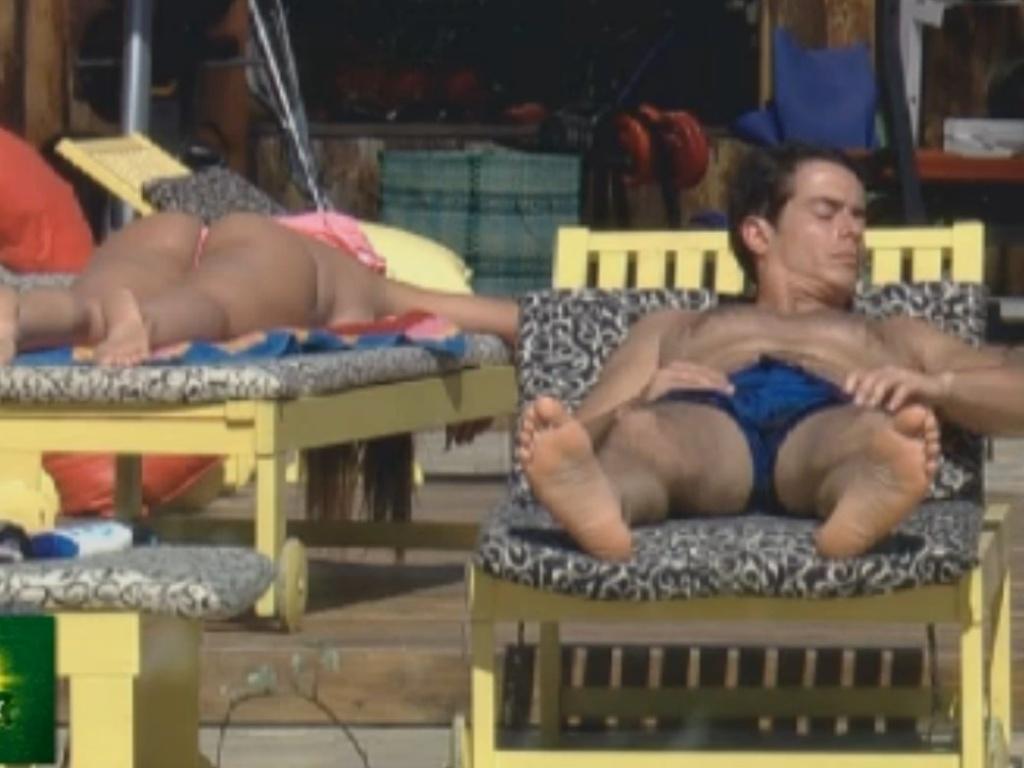Nicole Bahls e Felipe Folgosi retocam o bronzeado em tarde ensolarada (12/8/12)