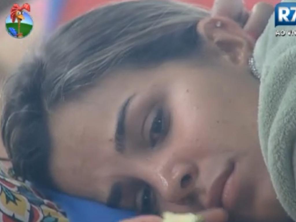 Robertha Portella derrama lágrimas após falar sobre pressão de muitos dias de confinamento (12/8/12)