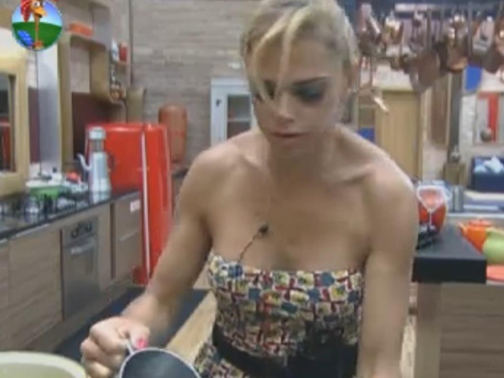 Sem água encanada, Léo Áquilla lava louça com auxílio de caneca na manhã deste domingo (12/8/12)