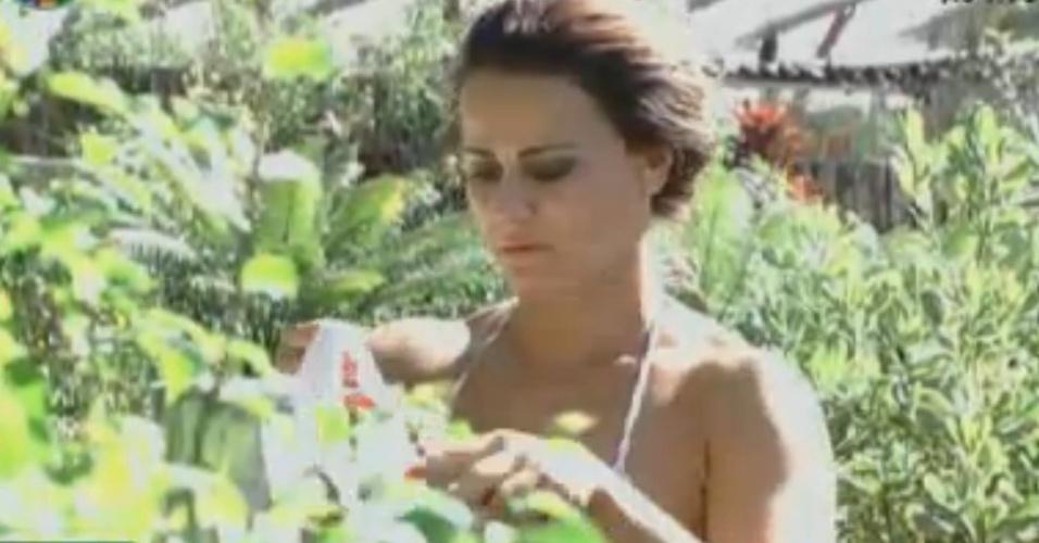 Viviane Araújo aproveita tarde de sol para colocar roupas pra secar (12/8/12)