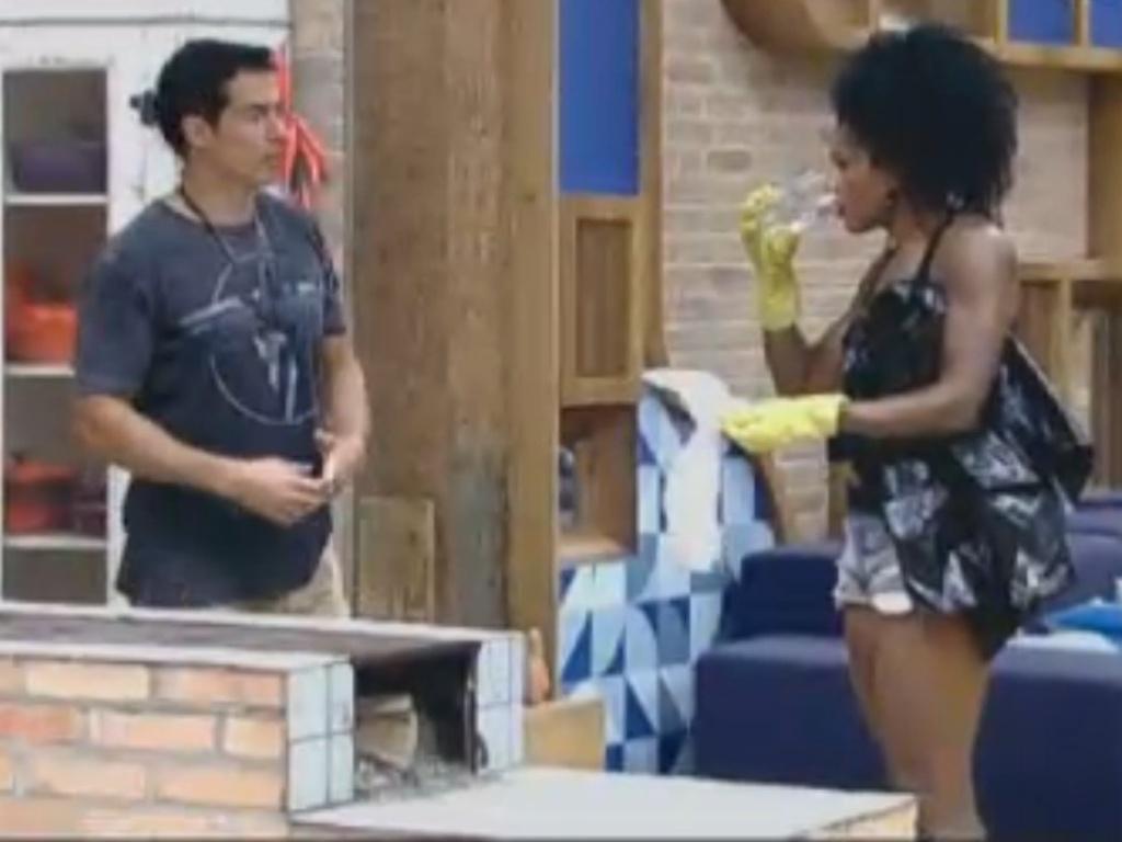 Felipe Folgosi e Simone Sampaio realizam tarefas na sede (13/8/12)