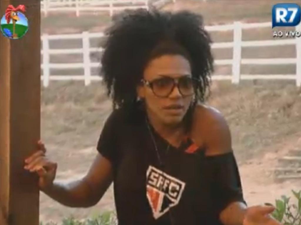 Simone Sampaio conta para peões do celeiro que foi acordada pelo toque da vaca durantea madrugada (13/8/12)