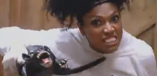 """Simone faz careta na tentativa de assustar os demais peões na """"noite de terror"""" da """"Fazenda"""""""