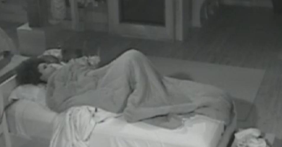 Simone Sampaio se troca embaixo das cobertas antes de começar as atividades da manhã desta segunda-feira (13/8/12)