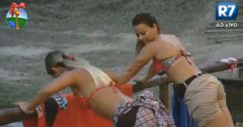 Viviane Araújo e Robertha Portella fazem flexões de braço na cerca do celeiro (13/8/12)