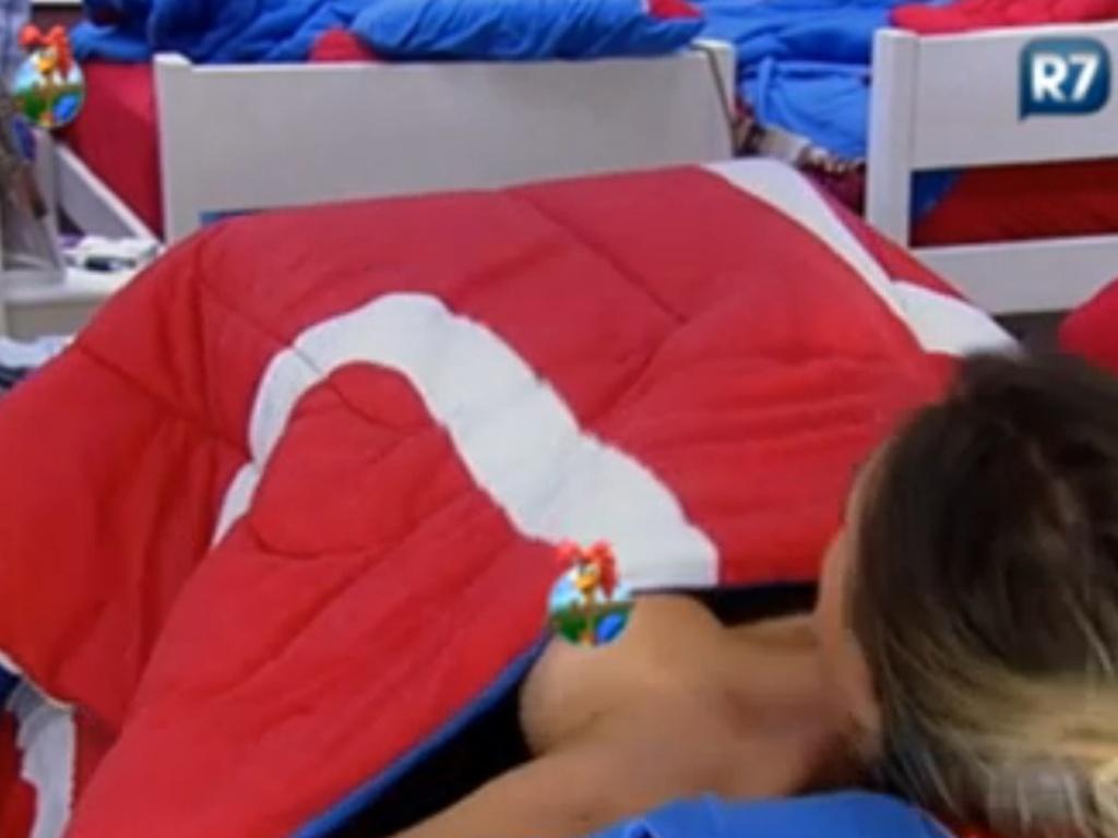Câmera posicionada atrás do espelho flagra Nicole Bahls trocando de roupa em sua cama (13/6/12)