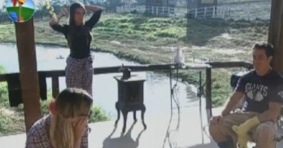 Felipe Folgosi assusta Nicole Bahls no celeiro (14/8/12)