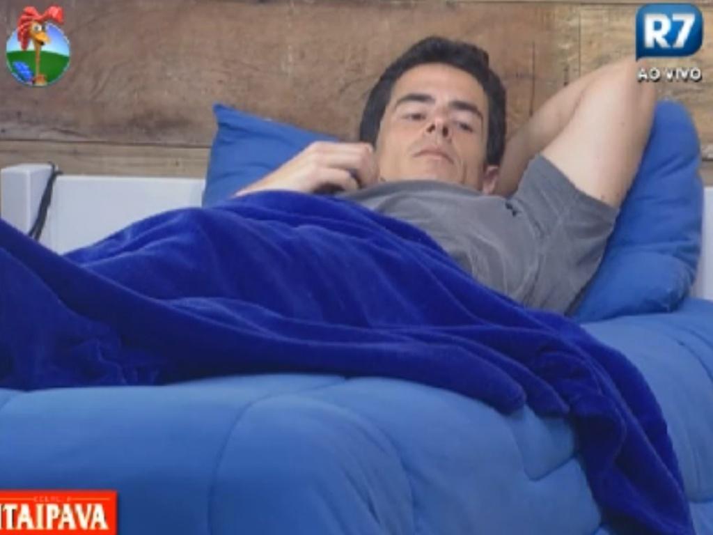 Felipe Folgosi descansa no quarto da sede após almoçar (14/8/12)