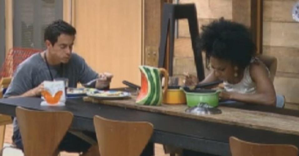 Felipe Folgosi e Simone Sampaio almoçam em silêncio na sede (14/8/12)