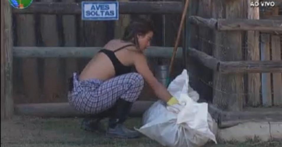 Nicole Bahls cuida da área das aves na manhã desta terça-feira (14/8/12)