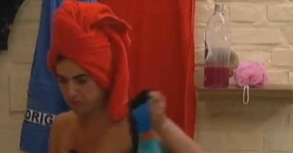 Nicole Bahls mostra o seio ao se enxugar depois de tomar banho (27/6/12)