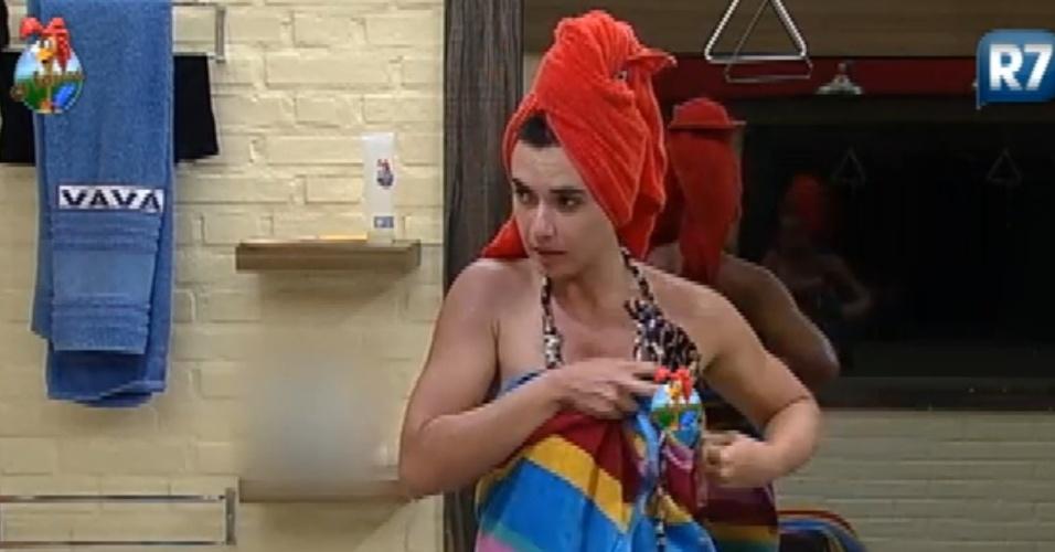 Nicole Bahls se descuida com o biquíni e deixa seio aparecer depois do banho (20/7/12)