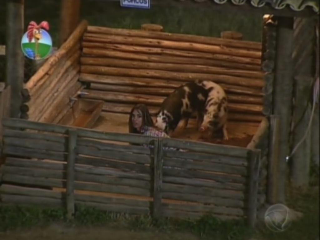 Nicole Bahls se enconde no chiqueiro dos porcos durante invasão zumbi em