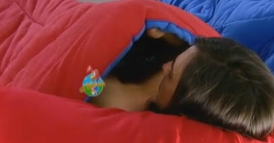 Nicole Bahls tenta se esconder ao trocar de roupa mas é flagrada por câmera posicionada atrás do espelho (15/6/12)