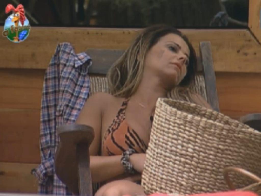 Viviane Araújo descansa no celeiro na tarde desta desta terça-feira (14/8/12)